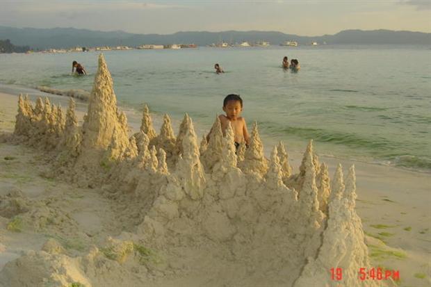 小孩海边堆沙子简笔画