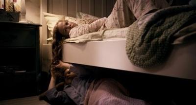 晚上睡觉看到床边有人