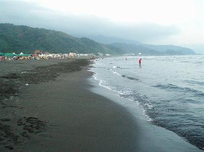愛地球做環保大家一起淨灘去! 洪雅芝